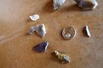 Pravěké nálezy jsou na první pohled obyčejnými kusy kamene. Archeolog v nich ale poznává například pravěký nožík.