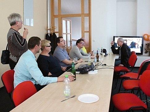 I sociální demokraté sledovali výsledky voleb společně.