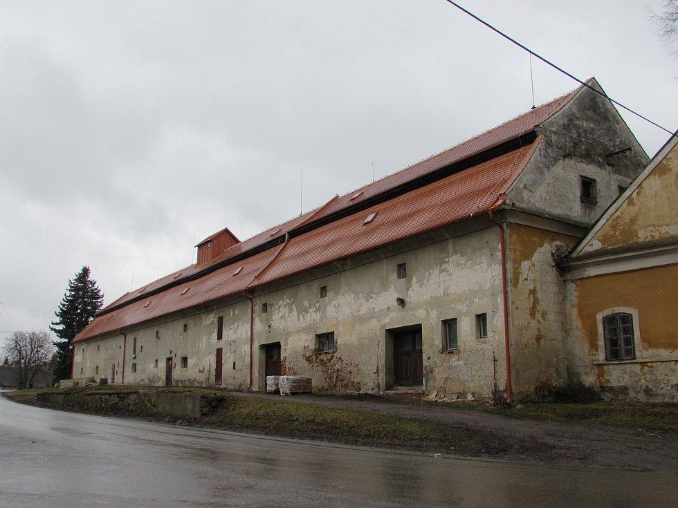 Sýpka má novou střechu a slouží jako výstavní prostor.