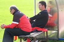 Sparťanští svěřenci svého trenéra Davida Holoubka (v černém) v Jihlavě moc nepotěšili. S do té doby poslední Jihlavou prohráli 1:2.