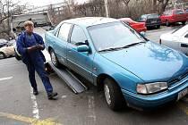 Za týden už téměř padesát odtažených aut. Takové je zatím skóre letošního blokového jarního čištění v krajském městě.