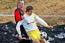 Humpolec (vzadu obránce Rudolf Nermut) se sice na úvod rozdělil o body s Jaroměřicemi, ale další dva zápasy těsně o gól vyhrál.