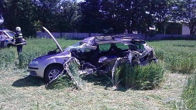 Nerovný souboj vlaku a auta končí zpravidla tragicky. Smrtí lidí v autech skončila i červnová nehoda uVeselíčka na Žďársku.