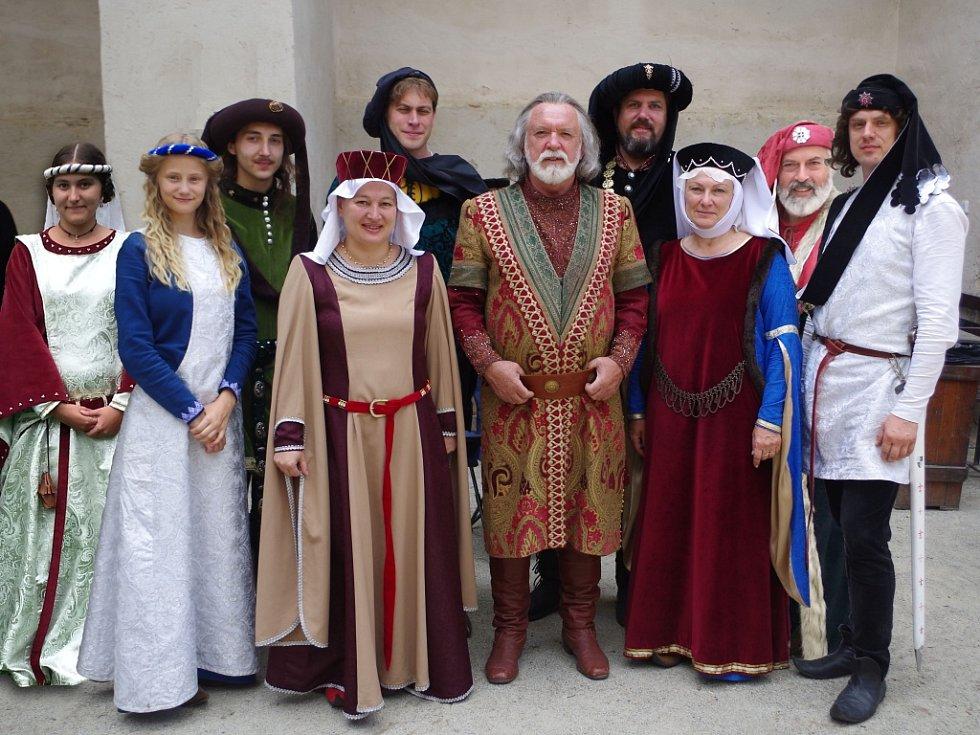 Čapkovci na Roštejně. V nové pohádce Pravý rytíř si zahrálo osm třešťských divadelníků. Na fotografii s hercem Jaromírem Hanzlíkem.