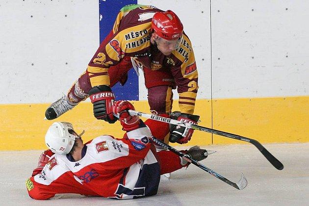 Havlíčkův Brod potrápil extraligovou Slavii Praha, jeho snažení ale fanoušci neviděli. To jihlavští hokejisté (nahoře útočník Josef Slavík) pozornosti příznivců opět neunikli.