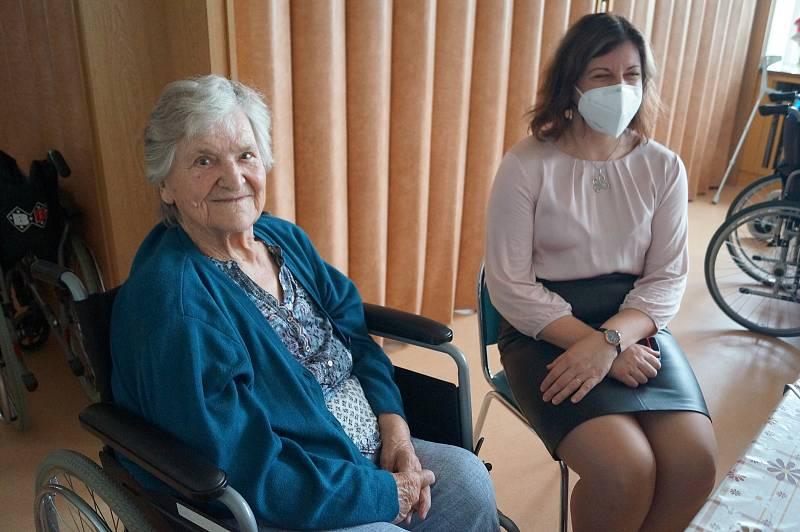 Seniorům do Lesnova přijela předčítat herečka Horáckého divadla Jihlava Lenka Schreiberová.