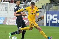 Fotbalisté FC Vysočina (ve žlutém Lukáš Masopust) se středu na domácí půdě remizovali se Slováckem 1:1 a při současné porážce Českých Budějovic na Slavii mohli slavit setrvání v nejvyšší soutěži.