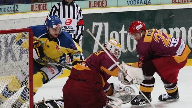 Jihlavští hokejisté (v tmavém) ve druhém semifinále nenavázali na vítězství z úvodního duelu série a Ústeckým Lvům tentokráte 2:4 podlehli.