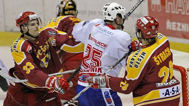 Jihlavští hokejisté (v červeném) si vezou z třebíčského stadionu porážku 3:1. Utkání se hrálo ve vysokém tempu, hlavně první třetinu. V té druhé měli navrch domácí,  a to díky přesilovkám.