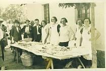 Pohoštění účastníků při májové veselici po slavnostním průvodu, procházejícím celou vesnicí pěkně chalupu po chalupě.
