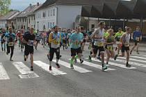 Na Kamenické 15 byla účast běžců a běžkyň velmi dobrá. Sešlo se jich tam bezmála devadesát.