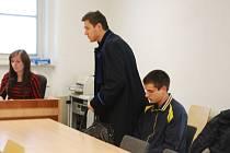 """Obžalovaný u soudu také prohlásil, že nechtěl, aby se on i jeho matka dostali do exekuce. """"Vyřešil jsem to ale špatně. Lituji, že jsem těm lidem způsobil škodu,"""" řekl."""