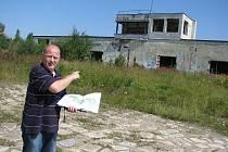 Dříve se z budovy, na kterou ukazuje Pavel Průcha, řídila cvičná tažení tanků. Nyní budova chátrá a slouží sprejerům jako plocha na malování a hráčům paintballu jako útočiště.