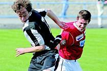 V silném větru zachránili žďárští fotbalisté (vlevo Jan Mašek) v duelu s Vyškovem v závěru zápasu aspoň bod.