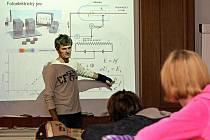 Co je to elektron a proč je tak důležitý? Na to včera odpověděl Stanislav Průša na přednášce o elektronech, kterou doplnily i demonstrační experimenty.