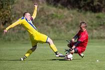 Fotbalisté Dobronína (ve žlutém) prohráli v Měříně 2:3.
