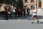 Na konci nejnáročnějšího stoupání běžce povzbuzovali bubeníci.