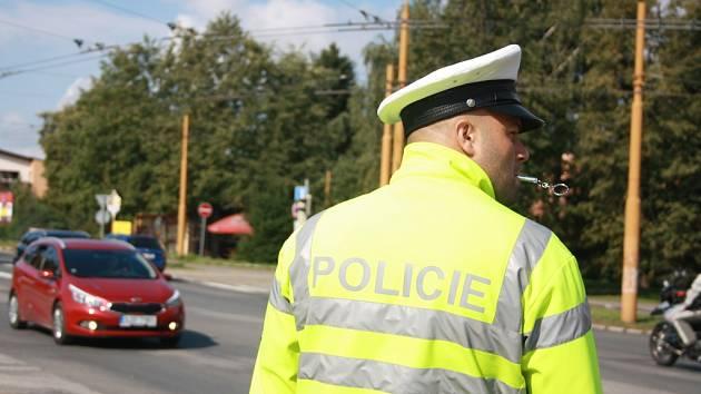 Po dobu pěti minut řídili soutěžící policisté dopravu na frekventované křižovatce u jihlavského hypermarketu. Každá chyba přitom znamenala srážku bodů.