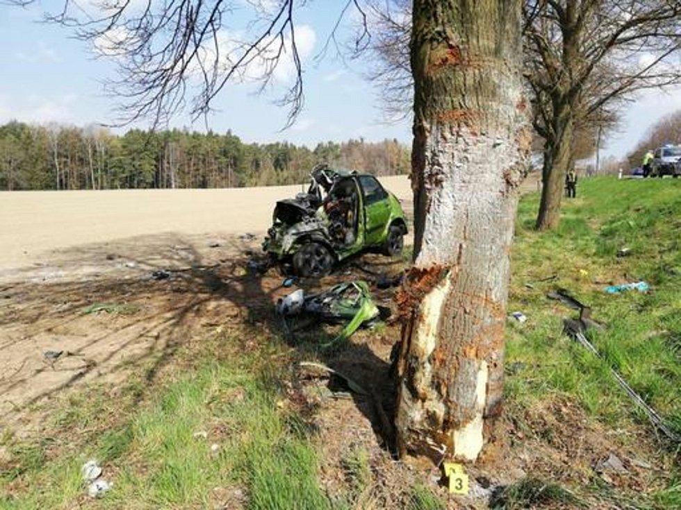 Popis fotky: Smrtelná nehoda u Soběslavi - Řidič osobního auta dnes 13. dubna 2019 ráno zemřel při nehodě u obce Roudná poblíž Soběslavi. Auto vyjelo do protisměru, narazilo do stromu a začalo hořet. Cestoval v něm jeden člověk. Auto značky Renault Mégane