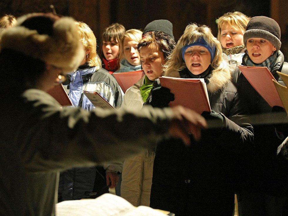Chrámový sbor zazpíval pět českých koled, například i tu nejznámější Narodil se Kristus Pán.