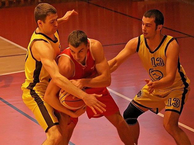I díky oběma vítězným derby má Jihlava (ve žlutém) lepší výchozí pozici než rival z Třebíče. Jistotu setrvání v II. lize ale bude mít po dvou víkendových výhrách.