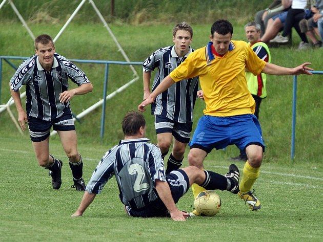 Fotbalisté Luk (ve žlutém) doma zažehnali prohru s Rokytnicí až gólem v nastavení.