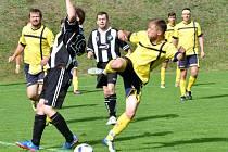 Fotbalisté Batelova (ve žlutém) na podzim ani jednou neprohráli a s malou ztrátou jsou těsně za vedoucí Lípou, kterou budou chtít na jaře prohnat.