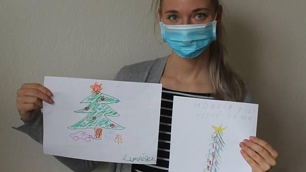 Martina Šprynarová z organizace ŽIVOT 99 - Jihlava ukazuje první obrázky, které už dorazily.