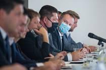 Martin Kukla při panelové diskusi kandidátů na hejtmana Kraje Vysočina.