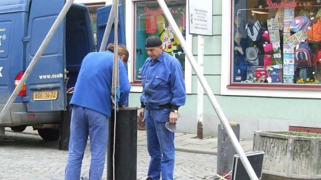 Oprava sloupků v Palackého ulici.