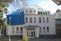 Takto vypadal objekt staré polikliniky v Třešti letos na jaře. Pracovalo se na střeše.