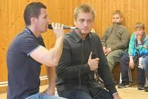 Dětem z jihlavské školy Jungmannova vyprávěl i zpěvák Michal Hudček (vpravo).