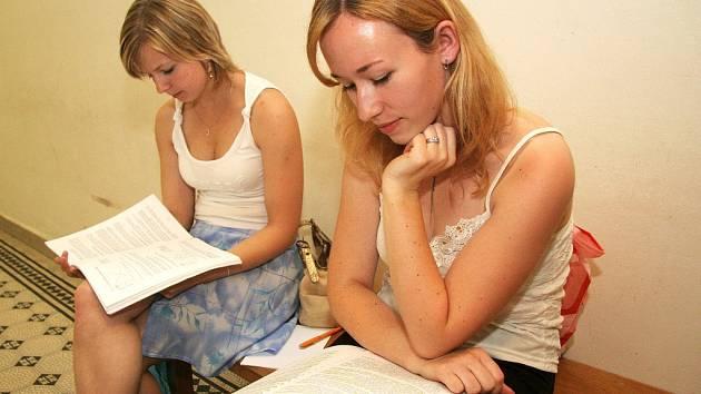 Ve středu i ve čtvrtek probíhá na Vysoké škole polytechnické v Jihlavě první kolo přijímacích zkoušek. Pro studenty školy to však neznamená žádné volno. Zkouškové období ještě neskončilo, takže mají plno práce.