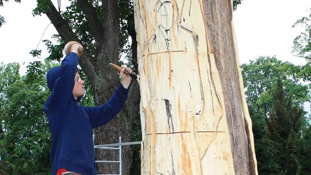 Josef Čižmár nyní tesá anděla do lipového torza. Jeho další sochy fretky a žáby mohou lidé vidět i v jihlavské zoo.