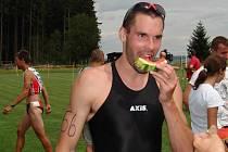 Vítěz v cíli. Jihlavský triatlonista Aleš Láník regeneruje síly po vítězství na Malém železném muži Melechova, kde těsně porazil Tomáše Bednáře.