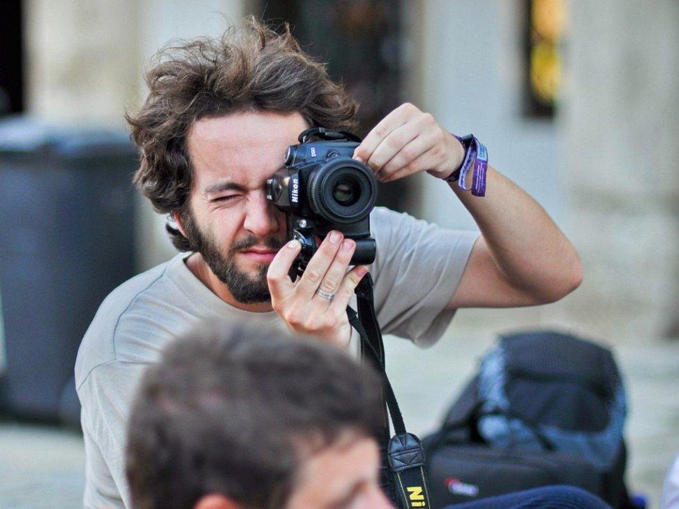 Vojtěch Kolář je tiskovým mluvčím festivalu. V jeho průběhu píše zpravodaj a hodně fotí.