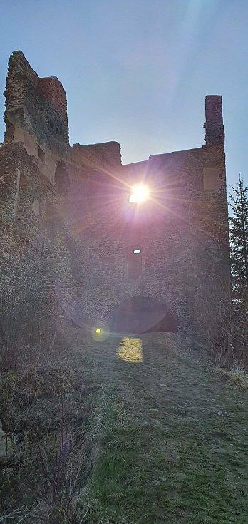 Příroda kolem Rokštejna láká k vycházce za slunečného počasí.