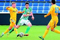 Záložník Vysočiny Petr Nerad (na archivním snímku z loňského utkání vlevo) otevřel skóre duelu na Bohemians. Ze stadionu, kde začínal svoji kariéru, přesto odjížděl posmutnělý.