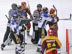 Bude to boj. Už v prvních zápasech v Jihlavě naznačili havířovští hokejisté (v bílém), že Dukle nedají nic zadarmo.