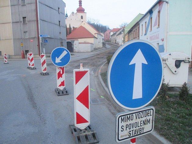 Fritzova ulice se táhne zhruba kilometr od křižovatky u bývalého pivovaru směrem na Stonařov. V současné době zde začaly stavební práce, které ulici až na půl roku zneprůjezdní.