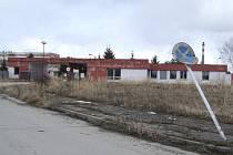 V objektu hlavní brány sídlí ostraha. Nalevo stojí tři hlavní kasárenské objekty.