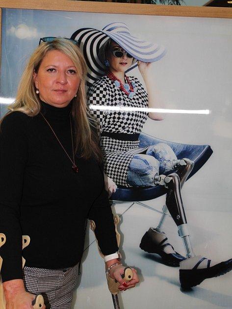 Bez nohou. Andrea Brzobohatá (stojí na snímku před svou fotografií, která je součástí výstavy v obchodním centru City Park) přišla o nohy kvůli meningokokovi.