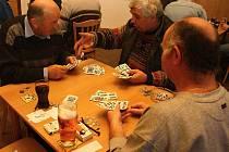 Na mariášnický turnaj do Jezdovic přijelo 39 karbaníků.