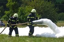 Nejen mladí hasiči, ale také ostatní děti se zúčastňují letního hasičského tábora, kde zhlédnou i ukázky zásahu.