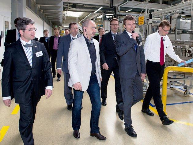 Ministr Martin Kuba (v popředí druhý zleva) si prohlédl jihlavský závod osobně.
