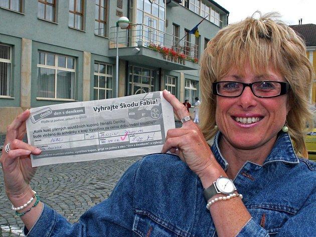 Šťastná výherkyně Edita Ouvínová z Přibyslavi na Havlíčkobrodsku správně odhadla, kolik bude v osudí platně vyplněných tipovacích lístků.