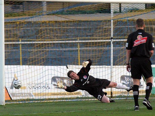 Třinecký gólman Václav Bruk se natahuje marně, Petr Faldyna zvyšuje z penalty vedení Jihlavy na 2:0.