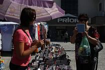 Podprsenky, ponožky, záclony, ubrusy nebo třeba i sluneční brýle, to je zboží, které se prodává na jihlavských trzích. Změní se něco příští rok?