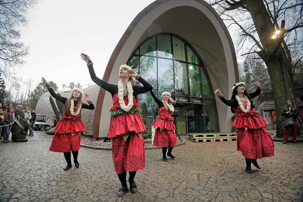 Předtím, než pavilon otevřel své dveře, se mohli návštěvníci pobavit spolu s taneční skupinou Trn v oku.