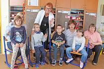 Na fotografii jsou žáci prvního ročníku Základní školy speciální a Praktické školy Jihlava. Uprostřed s ředitelkou školy Zuzanou Šimkovou, dále jsou zde s dětmi také učitelky a asistentka.